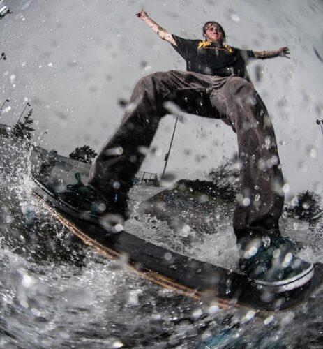 кататься на скейтборде во время дождя